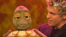 Sascha Grammel mit dem Geldautomaten Schildkröte Josy